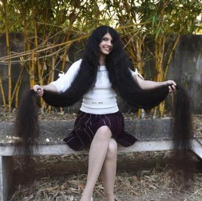 女子190厘米秀发破世界纪录 网友佩服:洗一次得费多大劲?