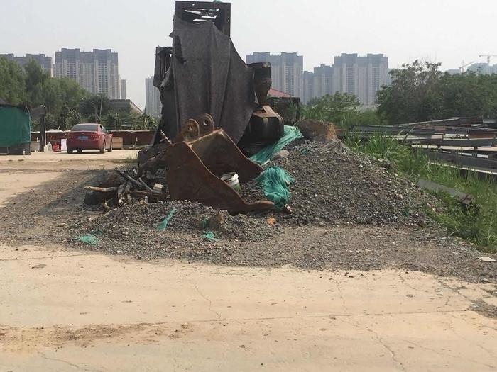 【啄木鸟在行动】济南世纪英华实验学校南侧建筑垃圾及渣土未覆盖
