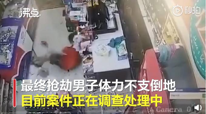 10秒内9次爆头!6瓶酒砸倒抢劫男子系正当防卫 网友:这辈子都不敢抢劫了