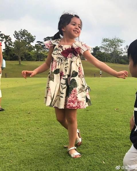 梁咏琪4岁混血女儿近照曝光,大眼睛高鼻梁颜值高到犯规!,风流十三姨