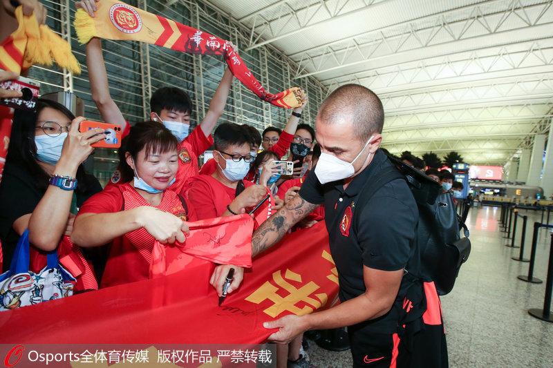 广州恒大队出征卡塔尔征战亚冠联赛 热情球迷白云机场送行