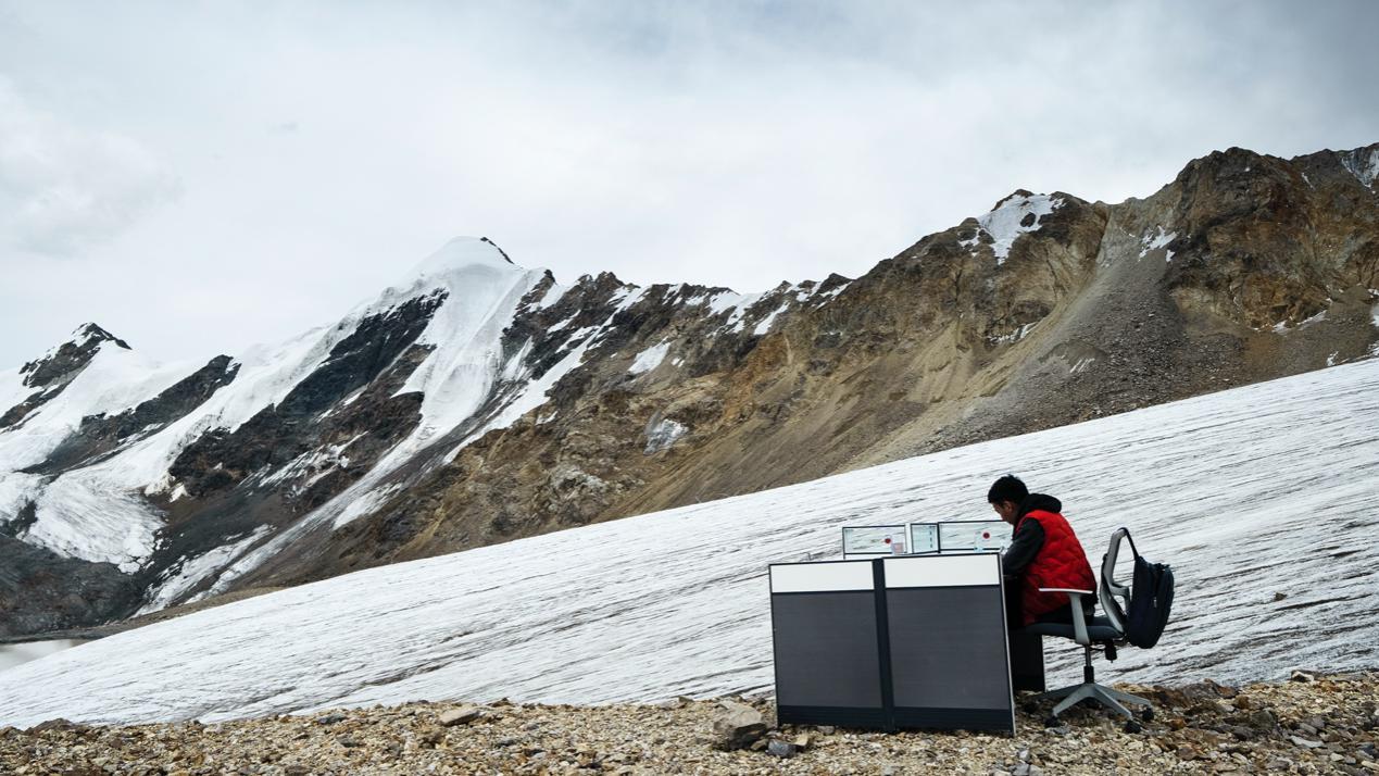 90后男孩冰川上的办公位火了是怎么回事?什么情况?终于真相了,原来是这样!