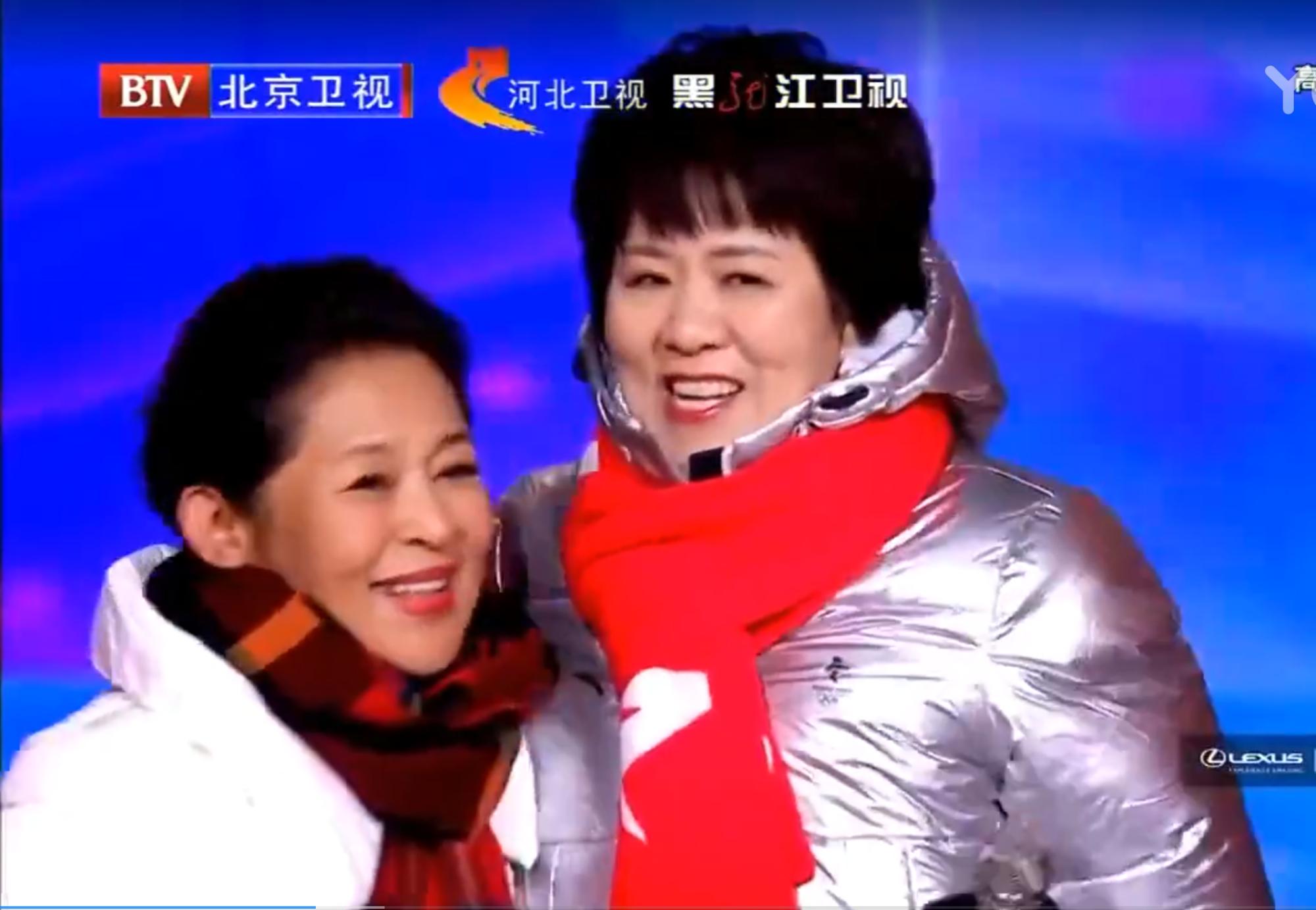 倪萍郎平同框,跨越三十年再聚首上演世纪拥抱!网友为何热泪盈眶