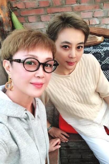 """55岁傅艺伟近照曝光,颧骨高耸发际线抢眼,曾被誉为""""最美妲己"""""""