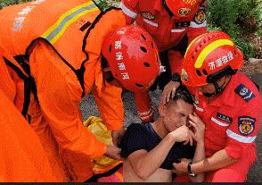 连续10小时救援中暑倒地,张信哲点赞消防员张信哲