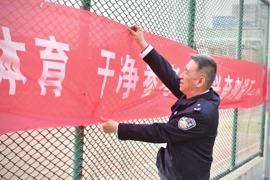 60岁民警站好护学最后一班岗