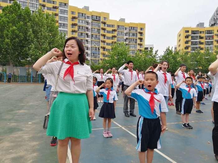 我是少先队员啦!济南市阳光100小学生举行亲子入队礼