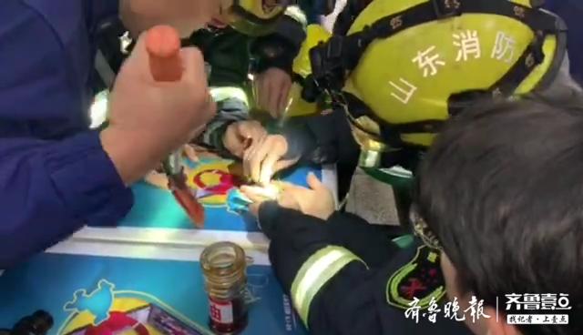 济南一大学生被戒指卡手,为帮其脱困,救火员用上了牙签