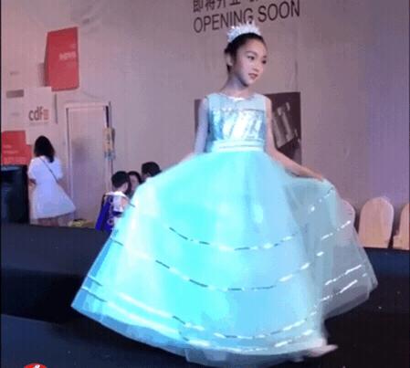 范冰冰堂妹走秀气场强,9岁戴皇冠公主范儿十足