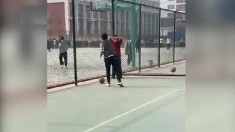 [体罚]用排球砸学生体育老师已停课 网友看法不一