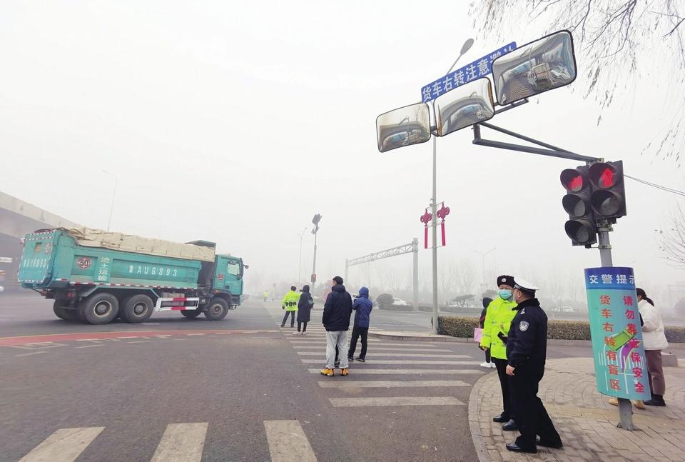 历城交警从空车地三个方面综合施治有效减少相关事故 全国首创大货车右转盲区立体警示系统