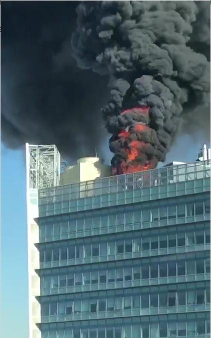 北京中关村一大楼楼顶着火 现场黑烟腾起(图)