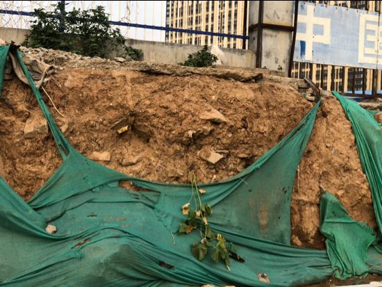 【啄木鸟在行动】槐荫区腊山西路与刘长山路交叉口东北侧渣土覆盖不全