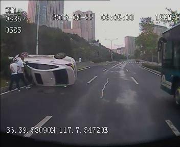 私家车辆侧翻漏油 济南公交驾驶员冒险救助