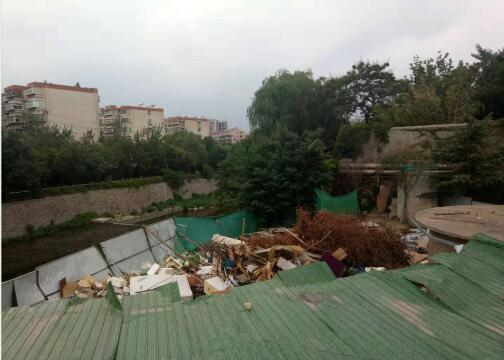 【啄木鸟在行动】七里山西路郎茂山大桥北侧建筑垃圾裸露