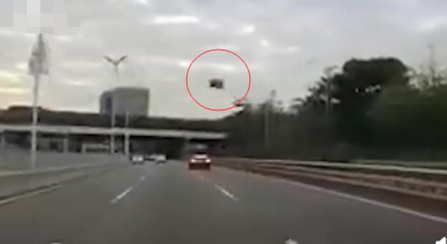 可怕!特斯拉回应车辆行驶中天窗脱落:该车曾在第三方更换车顶玻璃
