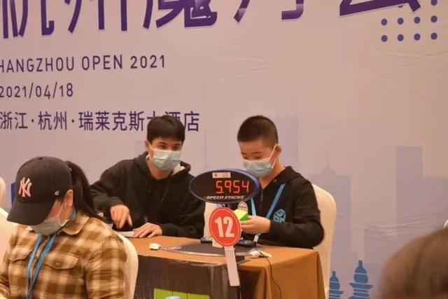 浙江13岁男孩打破魔方世界纪录 母亲讲述学习魔方的经过