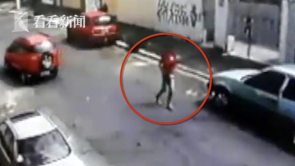 """抢到""""死神""""!劫匪拦车抢劫 被司机猛踩油门碾压致死"""