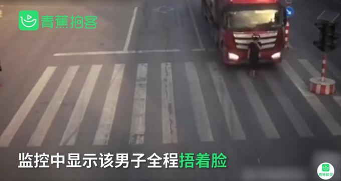 下个路口见!河南一男子为躲电子眼人肉遮挡车牌过红绿灯,交警:自作聪明