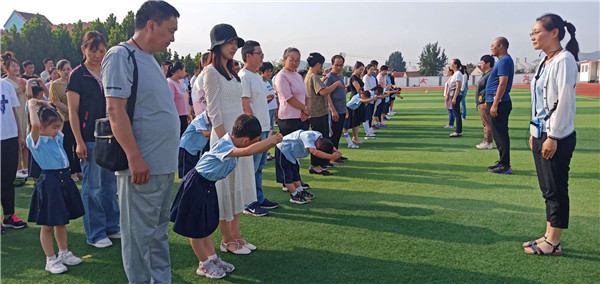开蒙 启智 立德 里辛街道中心小学举行一年级新生入学礼活动