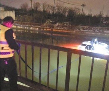 男子盲信导航将车开进水塘 跨年夜车顶上等救援