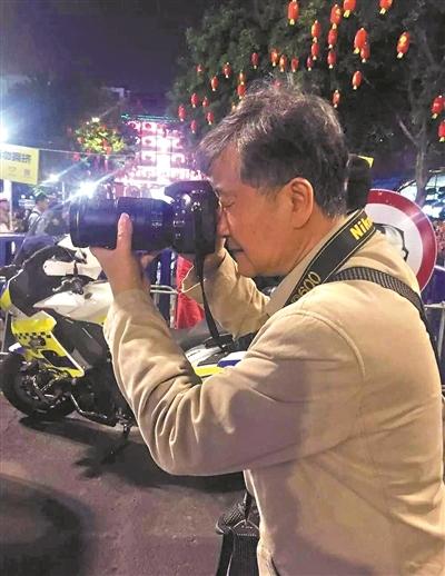 36年如一日,他用相机记录交警执勤英姿(图)