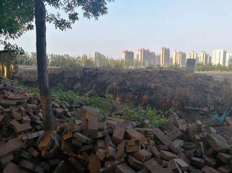 【啄木鸟在行动】青岛路与顺安路交叉口东南侧300米处建筑垃圾裸露