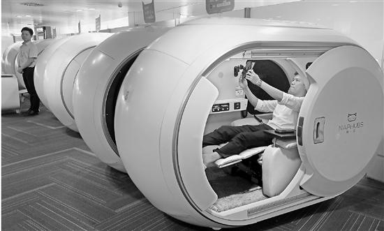 看上去很潮的胶囊舱 飞机延误时你会去眯一会吗