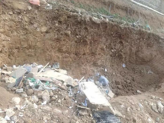 小区私埋建筑垃圾 章丘城管对其开出罚单