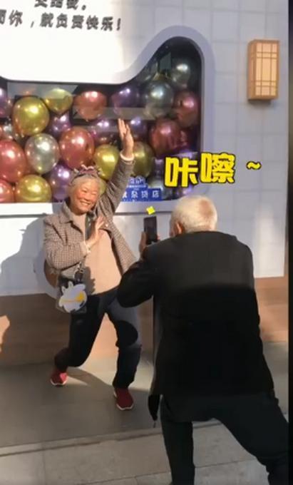 想要的幸福!老爷爷下蹲20分钟给奶奶拍照 只为给老伴儿拍出大长腿