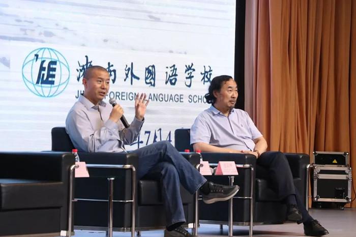"""毕飞宇教授、张清华教授作客""""鹊华学堂""""为济南外国语学校师生作报告"""
