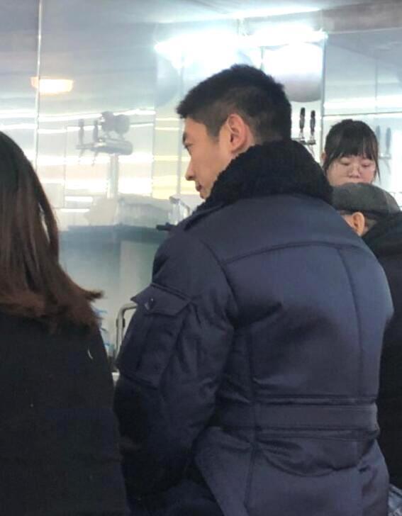 杜江霍思燕夫妇现身网红面馆就餐,低调排队被赞接地气