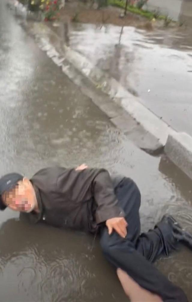 男子雨中扶摔倒老人录视频自保 网友无奈做好事时先保护好自己