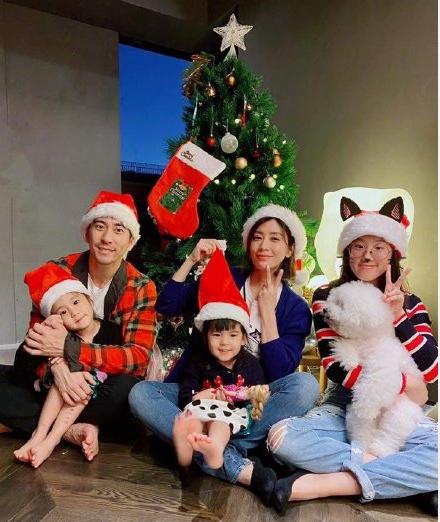 贾静雯修杰楷一家五口庆圣诞 网友:一个男人和四个公主的故事