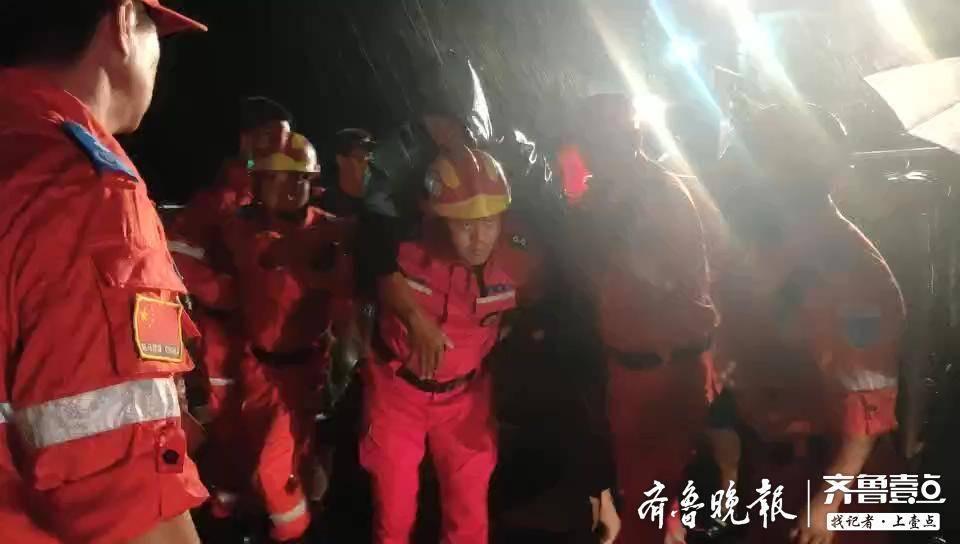 """章丘救灾现场纪实:深夜,一抹""""逆行""""的橘红身影"""