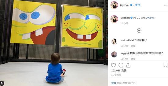 周杰伦晒2岁儿子看画展照片,小...