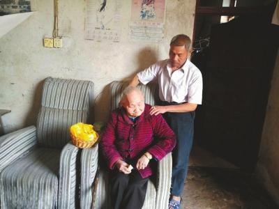 73岁老人照顾96岁失明母亲:她养我小,我养她老