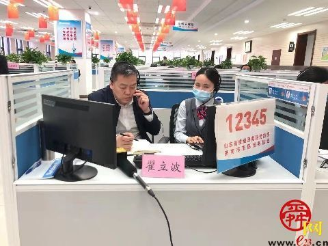 济南市中区区长带队接听12345市民服务热线