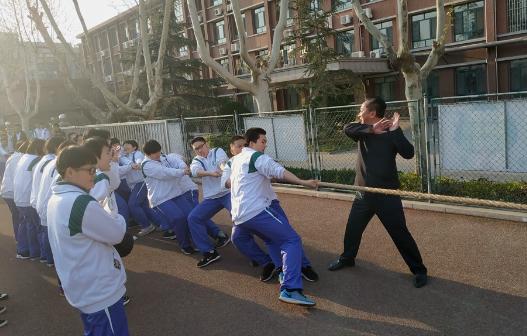 团结就是力量!济钢高中高一级部举行班级拔河比赛
