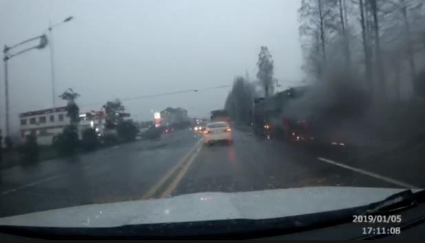 货车着火 过路狱警5次重返火场灭火致呼吸衰竭