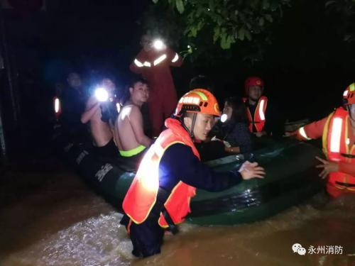 湖南永州暴雨致城区内涝 消防紧急疏散群众200余人