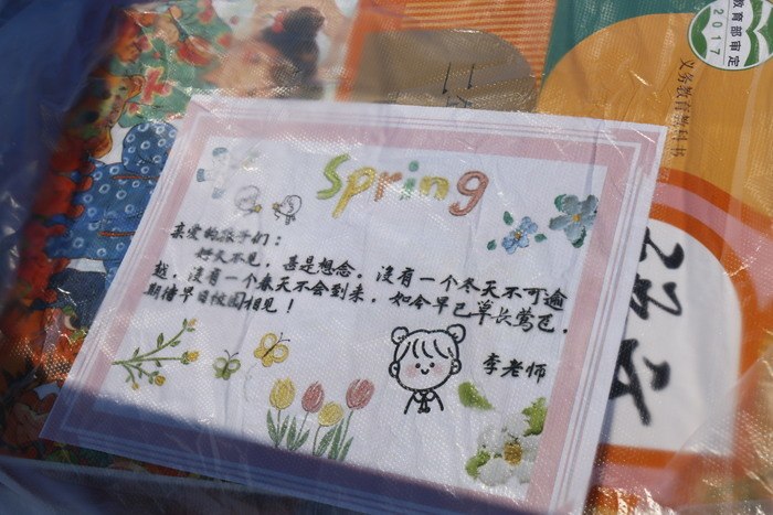 春风寄温情,爱在传递间——凤凰路小学开展春季教材发放工作