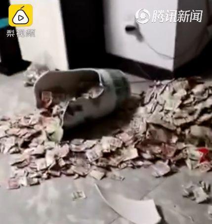 男人不易!男子私房钱暗藏花瓶13年 意外打碎妻子数了一上午