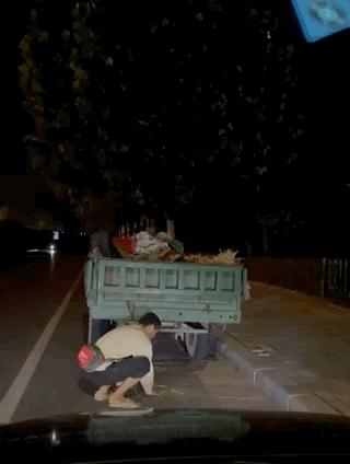 生活不易!路灯下卖西瓜的父亲看哭网友