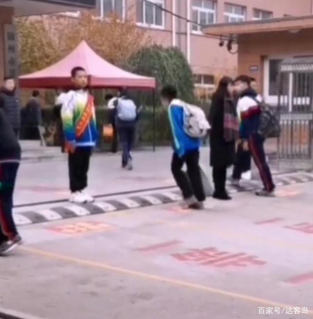 辽宁一中学要求学生入校先鞠躬 网友评论各有不同