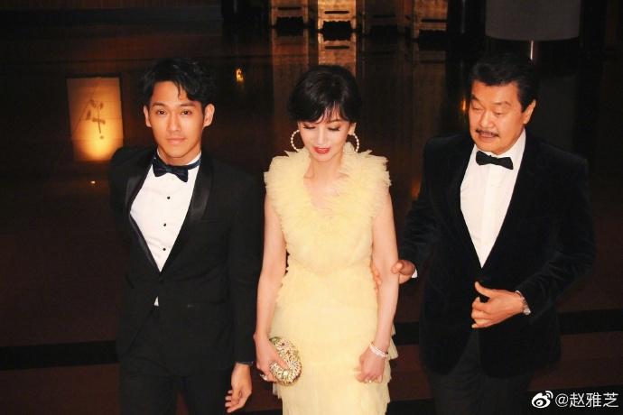 赵雅芝穿鹅黄纱裙现身晚宴 获丈夫儿子陪伴似公主