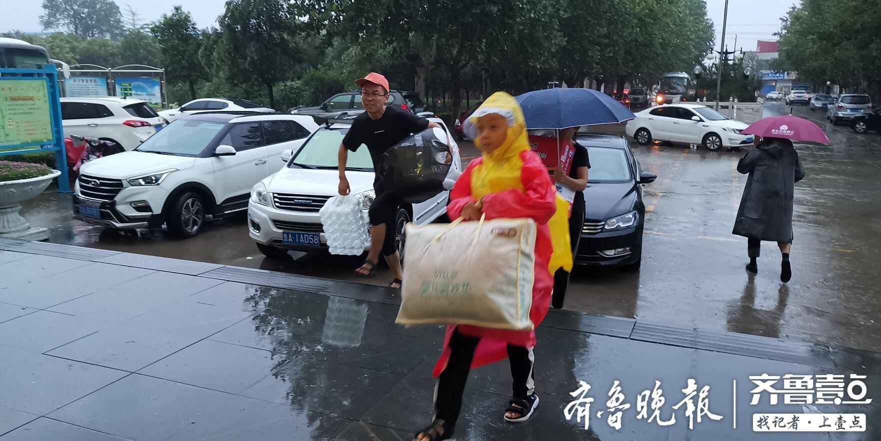 这个小小的身影真暖!风雨中,章丘小男孩为安置点送来衣服和食物