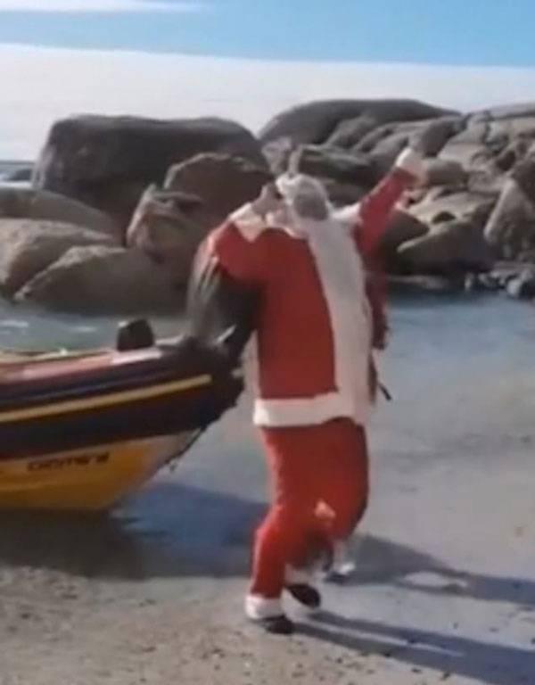 尴尬!圣诞老人带着礼物下船被绊倒一头栽进海里