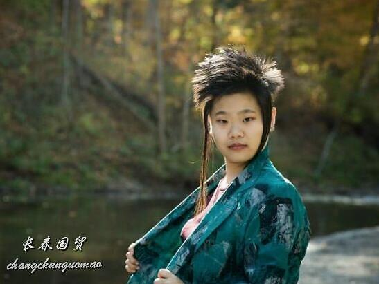 毕福剑24岁女儿近照曝光,发型前卫个性十足,长相酷似老爸