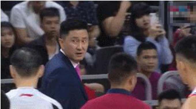 主教练杜锋被驱集无碍广东赢球 球迷:少帅那性格能改改吗?